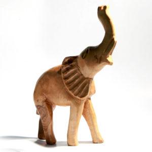 éléphant en bois à la main